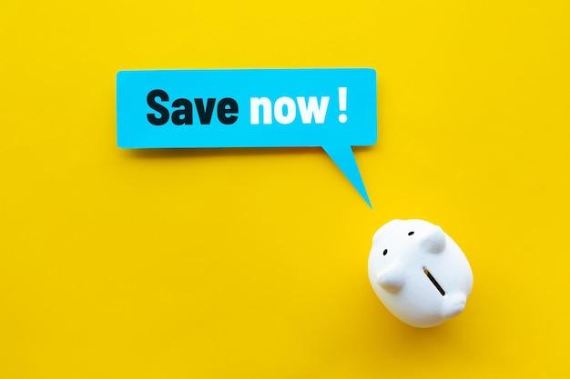 Oszczędzaj teraz lub koncepcje redukcji kosztów dzięki tekstowi i skarbonce.