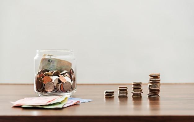 Oszczędzanie pieniądze i konto bankowość dla finansowego biznesu pojęcia