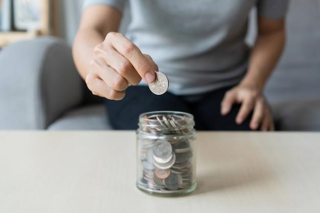Oszczędzanie pieniędzy na przyszłość. finansowy, koncepcja planu życia. ścieśniać