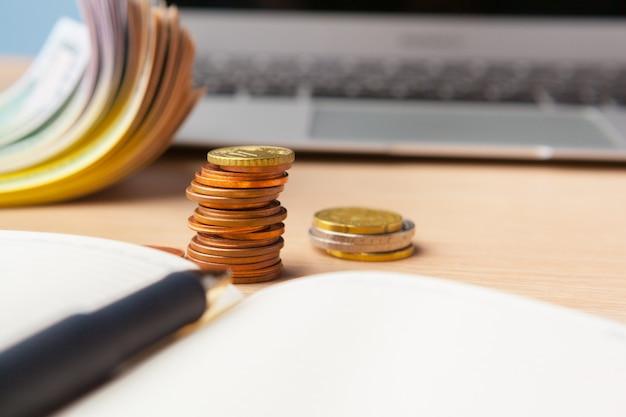 Oszczędzanie sterty monet pieniądze pojęcie. wykres, dokument z bliska