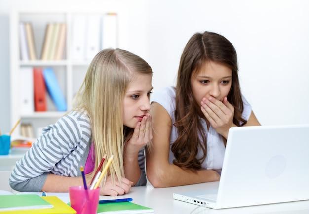 Oszołomiony dziewcząt w klasie