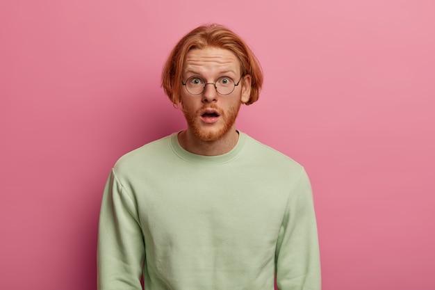 Oszołomiony mężczyzna o rudych włosach i gęstej brodzie