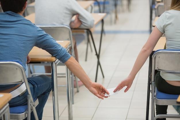 Oszukiwanie uczniów w klasie