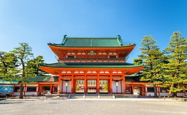 Otenmon, główna brama świątyni heian w kioto - japonia