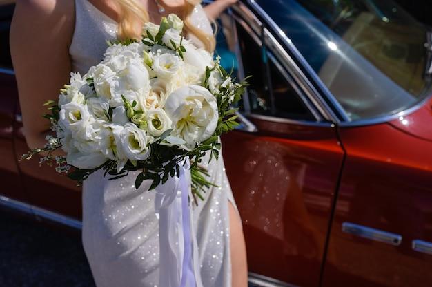 Oto bukiet ślubny w rękach panny młodej.