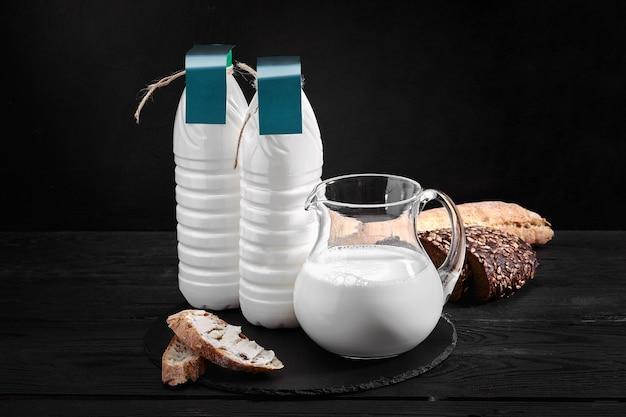 Otoczenie farmy ze świeżym mlekiem w różnych butelkach i puszkach