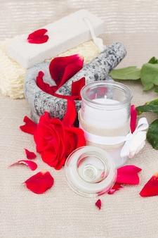 Otoczenie spa z czerwonymi kwiatami róży i akcesoriami do kąpieli
