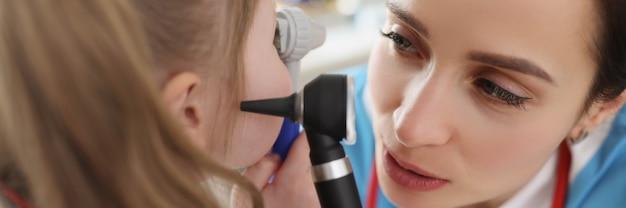 Otolaryngolog bada ucho małej dziewczynki