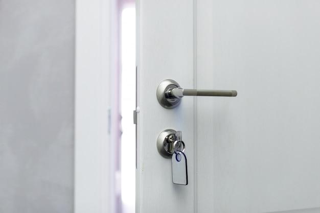 Otwarcie koncepcji drzwi hotelowych