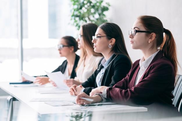 Otwarcie pracy. rekrutacja korporacyjna. kobiety z działu hr słuchają wirtualnego kandydata na stanowisko.