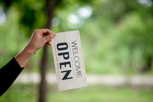 Otwarcie sklepu z ręcznie i znakami