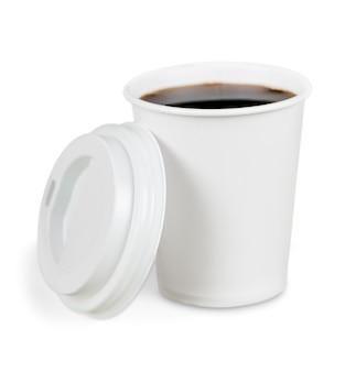 Otwarta kawa na wynos z uchwytem na kubek. na białym tle