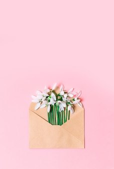 Otwarta koperta z papieru kraftowego z wiosennymi kwiatami