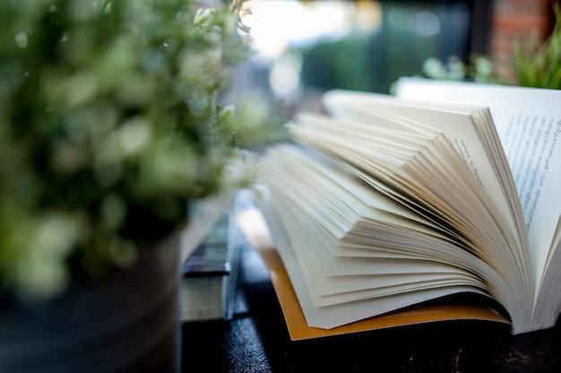 Otwarta książka postawiona na biurku