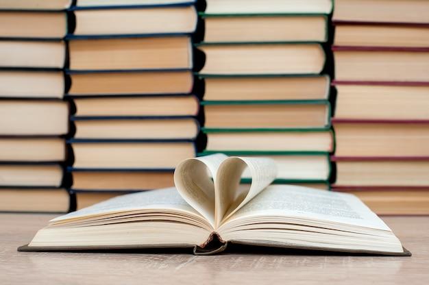 Otwarta książka, serce wykonane z arkuszy książki