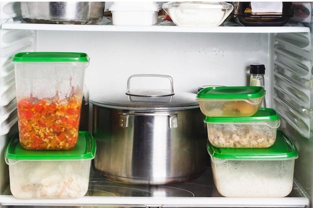 Otwarta lodówka z jedzeniem w kuchni