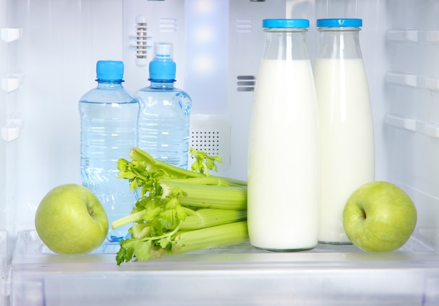 Otwarta lodówka z jedzeniem wegetariańskim
