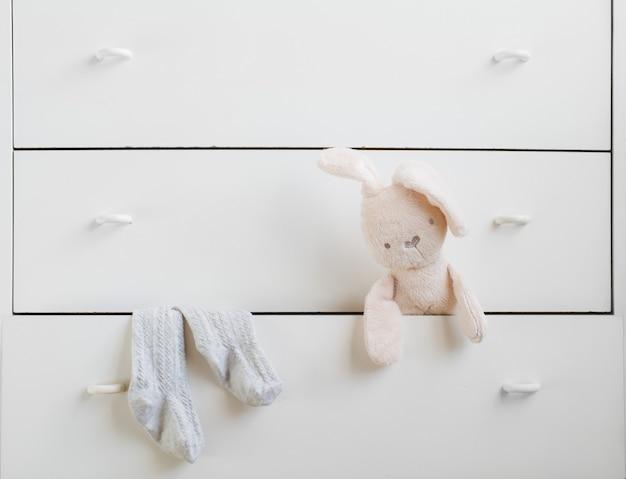 Otwarta półka z białą skrzynką