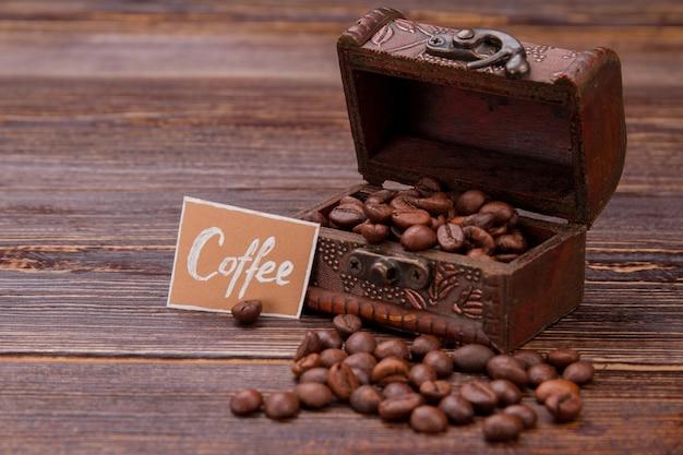 Otwarta skrzynia skarbów pełna ziaren kawy