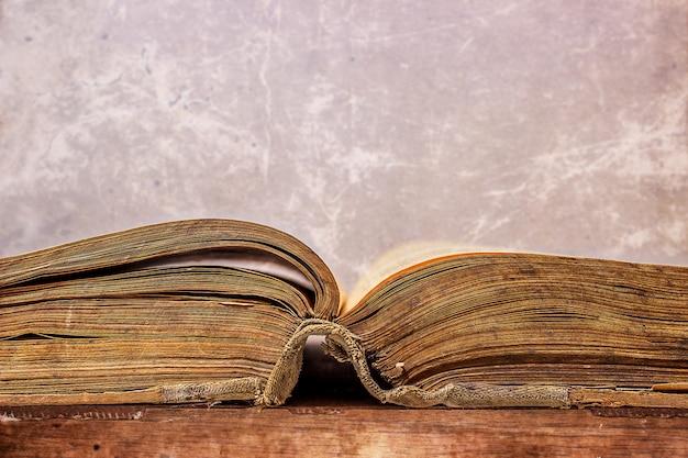 Otwarta stara książka w stylu grunge