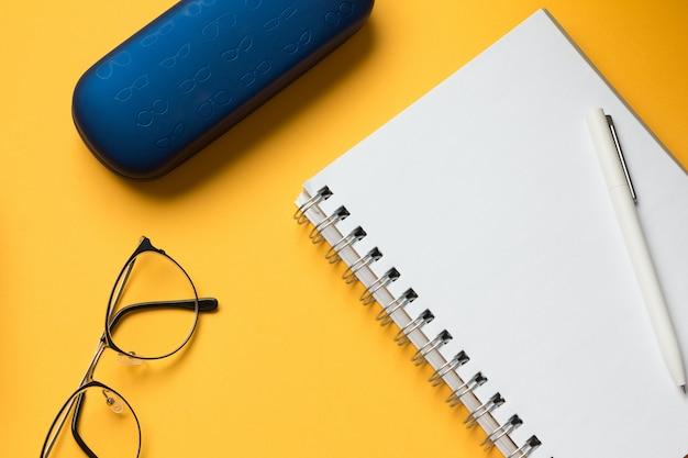 Otwarta strona notesu w okularach