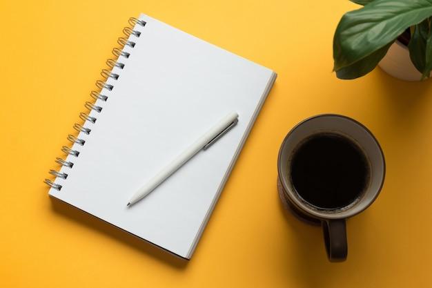 Otwarta strona notesu z ołówkiem