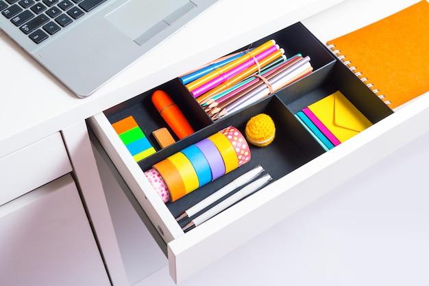 Otwarta szuflada biurka stacjonarnego