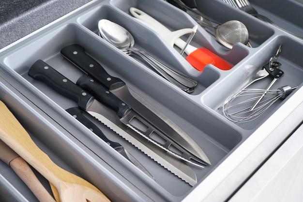 Otwarta szuflada ze sztućcami w kuchni