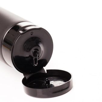 Otwarta tubka z balsamem na białym tle