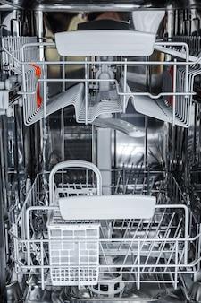 Otwarta zmywarka jest gotowa do załadowania brudnych naczyń.