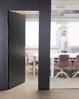 Otwarte biuro biznesowe bez ludzi