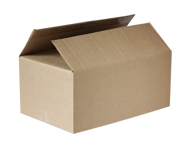 Otwarte brązowe pudełko na białym tle. pudełko z tektury falistej, paczka pocztowa.