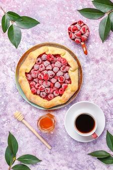 Otwarte ciasto, galaretka malinowa. letni deser jagodowy.