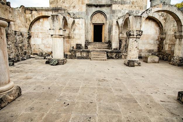 Otwarte drzwi kościoła w armenii