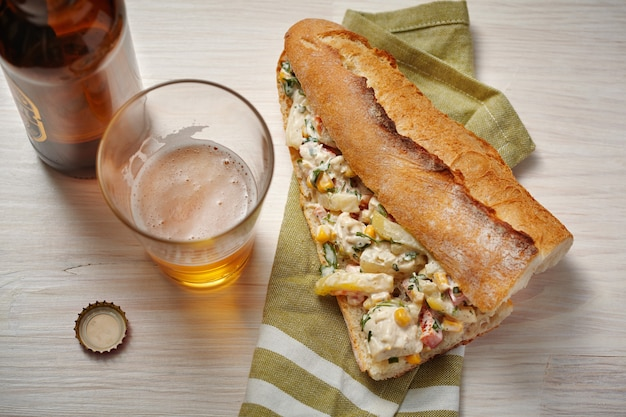 Otwarte kanapki z kurczakiem, warzywami i sałatką majonezową