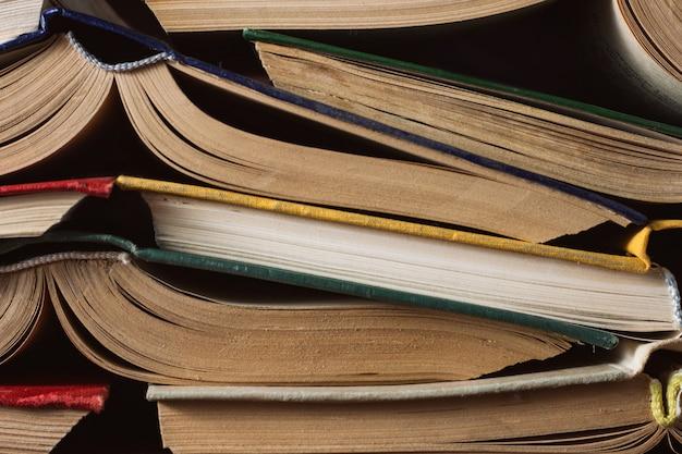 Otwarte książki złożyły znajomemu znajomemu. może być używany jak tylna powierzchnia