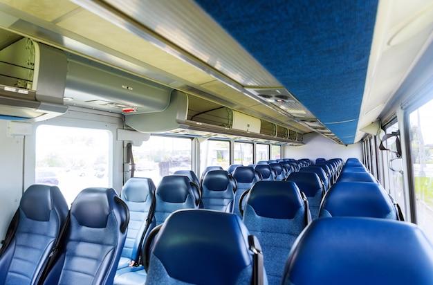 Otwarte podwójne wnętrze nowego nowoczesnego autobusu krzesełkowego
