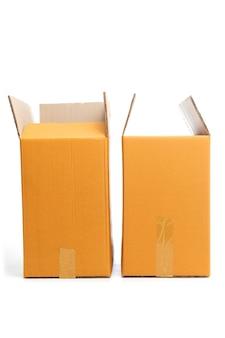 Otwarte pudełka kartonowe na białym tle.