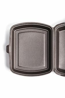 Otwarte pudełko na lunch jednorazowego użytku, czarne do dostawy jedzenia na białym tle