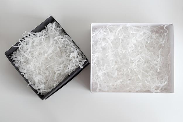 Otwarte pudełko upominkowe z ozdobnym wypełniaczem