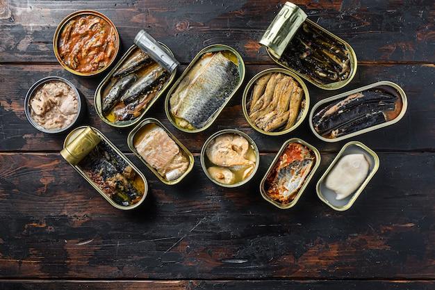 Otwarte puszki konserwują z saury, makreli, szprotami, sardynkami, sardynkami, kalmarem