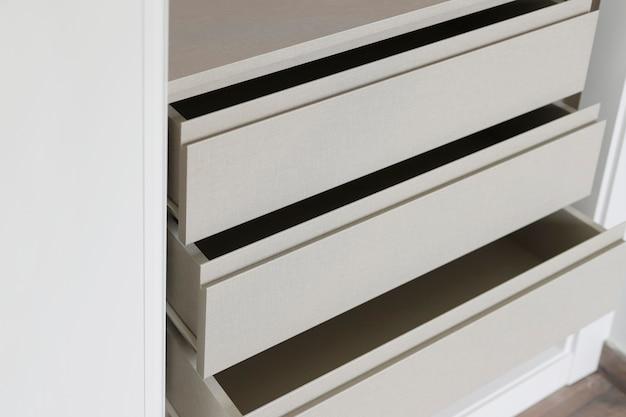 Otwarte szuflady nowej szafy do zabudowy