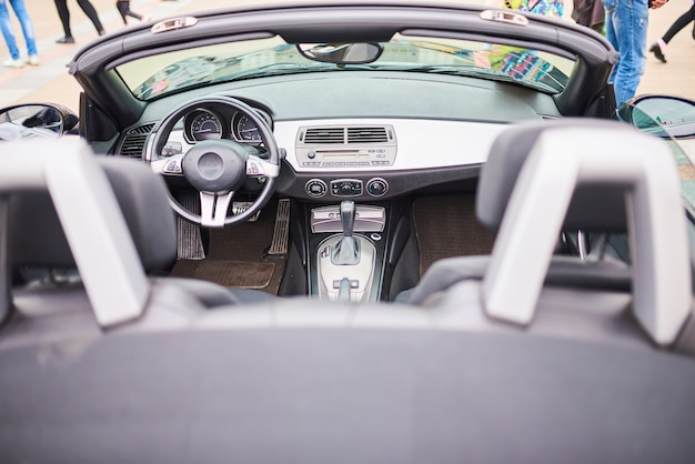 Otwarte wnętrze samochodu sportowego