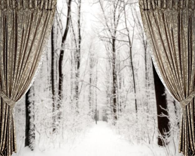 Otwarte zasłony na tle zimowego lasu i gwiazd