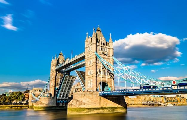 Otwarto most tower bridge na tamizie w londynie, anglia