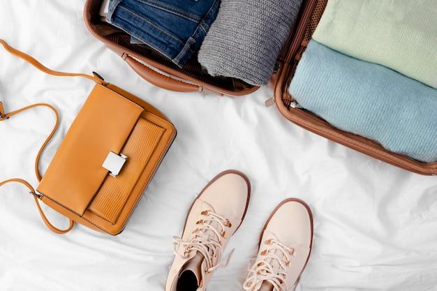 Otwarty bagaż ze złożoną odzieżą i butami