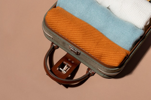 Otwarty bagaż ze złożonymi ubraniami