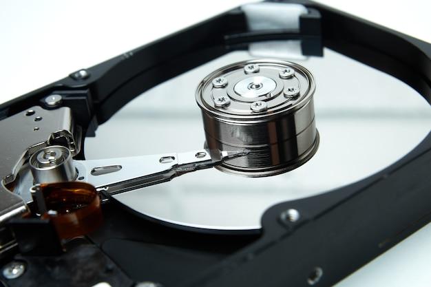Otwarty dysk twardy z dysku twardego komputera z efektami lustrzanymi zdemontowany dysk twardy z komputera