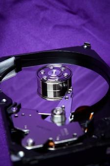 Otwarty dysk twardy z dysku twardego komputera