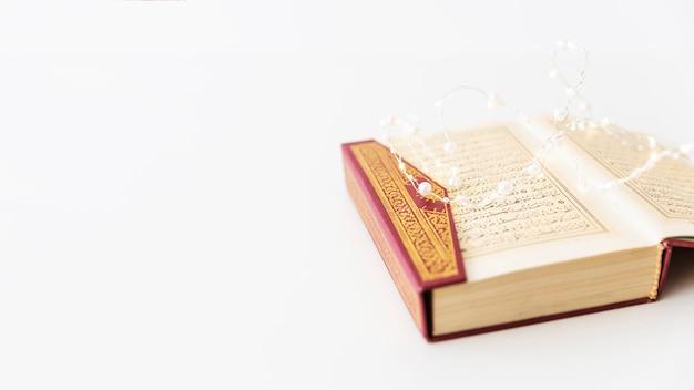 Otwarty koran i oświetlenie girlandy